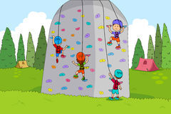 Παιδιά που απολαμβάνουν τις δραστηριότητες αναρρίχησης βράχου καλοκαιρινό εκπαιδευτικό κάμπινγκ Στοκ Εικόνα