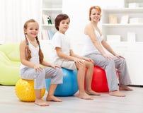 Παιδιά που ασκούν με τη μητέρα τους Στοκ φωτογραφία με δικαίωμα ελεύθερης χρήσης