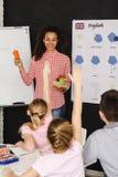 Παιδιά που αυξάνουν τα χέρια Στοκ εικόνες με δικαίωμα ελεύθερης χρήσης