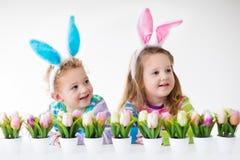 Παιδιά που γιορτάζουν Πάσχα στο σπίτι Στοκ εικόνα με δικαίωμα ελεύθερης χρήσης
