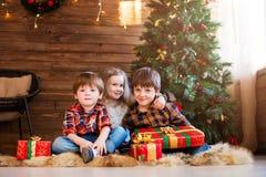 Παιδιά που γιορτάζουν το νέο έτος στο σπίτι στοκ φωτογραφία