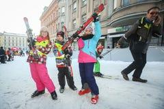 Παιδιά που θέτουν με τα σκι Στοκ Εικόνες