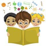 Παιδιά που διαβάζουν ένα βιβλίο με σχετικά με τα την εκπαίδευση εικονίδια που πετούν έξω Έννοια φαντασίας Στοκ Εικόνες