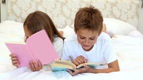 Παιδιά που διαβάζουν ένα βιβλίο στο κρεβάτι φιλμ μικρού μήκους