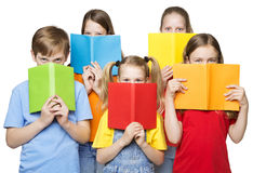 Παιδιά που διαβάζουν τα ανοικτά βιβλία, μάτια ομάδας σχολικών παιδιών, κενές καλύψεις στοκ εικόνα