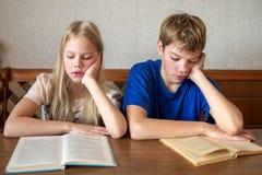 Παιδιά που διαβάζουν τα βιβλία Ι Στοκ Φωτογραφία