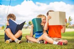Παιδιά που διαβάζουν τα βιβλία Στοκ εικόνα με δικαίωμα ελεύθερης χρήσης