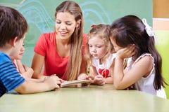 Παιδιά που διαβάζουν το βιβλίο Στοκ Εικόνες