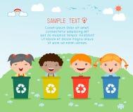 Παιδιά που διαχωρίζουν τα απορρίμματα, ανακυκλώνοντας τα απορρίμματα, εκτός από τον κόσμο, τη διανυσματική απεικόνιση Στοκ Εικόνες