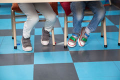 Παιδιά που κάθονται στην έδρα στην τάξη Στοκ φωτογραφία με δικαίωμα ελεύθερης χρήσης