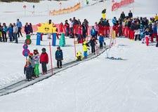 Παιδιά που κάνουν σκι σε ένα σχολείο σκι της Αυστρίας Στοκ Εικόνα