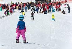 Παιδιά που κάνουν σκι σε ένα σχολείο σκι της Αυστρίας Στοκ φωτογραφία με δικαίωμα ελεύθερης χρήσης