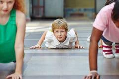 Παιδιά που κάνουν την ώθηση UPS στο PE Στοκ φωτογραφίες με δικαίωμα ελεύθερης χρήσης