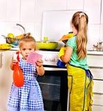 Παιδιά που καθαρίζουν την κουζίνα. Στοκ Εικόνα
