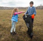 Παιδιά που καθαρίζουν scavenge Στοκ Φωτογραφίες
