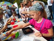 Παιδιά που κατασκευάζουν τα κέικ κατά τη διάρκεια της ημέρας γιορτής της Apple Στοκ φωτογραφίες με δικαίωμα ελεύθερης χρήσης