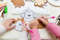 Παιδιά που κατασκευάζουν το μελόψωμο Χριστουγέννων Στοκ φωτογραφία με δικαίωμα ελεύθερης χρήσης
