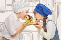 Παιδιά που κρατούν το πρόχειρο φαγητό φρούτων μορφής σκαντζόχοιρων Στοκ Εικόνα