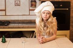 Παιδιά που μαγειρεύουν τα κέικ Χριστουγέννων Στοκ φωτογραφία με δικαίωμα ελεύθερης χρήσης