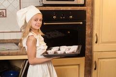 Παιδιά που μαγειρεύουν τα κέικ Χριστουγέννων Στοκ Εικόνα
