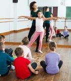 Παιδιά που μελετούν το μπαλέτο Στοκ εικόνα με δικαίωμα ελεύθερης χρήσης