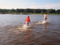 Παιδιά που οργανώνονται στον ποταμό Στοκ Φωτογραφία