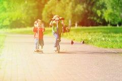 Παιδιά που οδηγούν τα μηχανικά δίκυκλα στο θερινό πάρκο Στοκ φωτογραφίες με δικαίωμα ελεύθερης χρήσης
