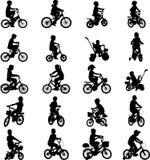 Παιδιά που οδηγούν τα ποδήλατα Στοκ Φωτογραφία