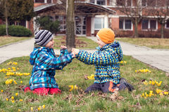 Παιδιά που παίζουν έξω την άνοιξη Στοκ φωτογραφία με δικαίωμα ελεύθερης χρήσης