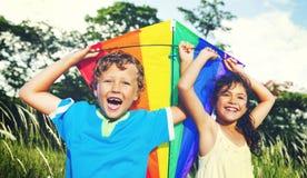 Παιδιά που παίζουν ικτίνων θερινή έννοια παραλιών ευτυχίας την εύθυμη στοκ εικόνες
