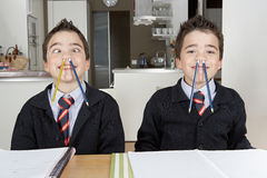 Παιδιά που παίζουν κάνοντας την εργασία στο σπίτι Στοκ Εικόνες