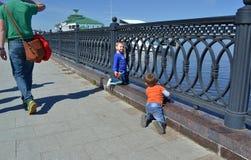 Παιδιά που παίζουν κοντά στο φράκτη κοντά στον ποταμό του Βόλγα σε Yaroslavl Στοκ εικόνες με δικαίωμα ελεύθερης χρήσης