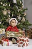 Παιδιά που παίζουν κοντά στο χριστουγεννιάτικο δέντρο με τα δώρα Στοκ εικόνες με δικαίωμα ελεύθερης χρήσης