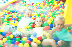 Παιδιά που παίζουν μαζί στη λίμνη με την πλαστική πολύχρωμη σφαίρα Στοκ Εικόνα