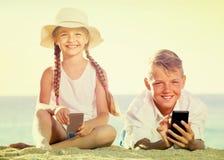 Παιδιά που παίζουν με τα κινητά τηλέφωνα Στοκ φωτογραφία με δικαίωμα ελεύθερης χρήσης