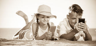 Παιδιά που παίζουν με τα κινητά τηλέφωνα Στοκ φωτογραφίες με δικαίωμα ελεύθερης χρήσης