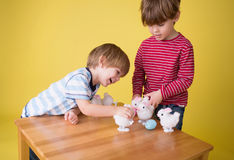 Παιδιά που παίζουν με τα παιχνίδια λαγουδάκι Πάσχας στοκ εικόνες