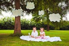 Παιδιά που παίζουν με τα σύννεφα στο θερινό πάρκο Στοκ φωτογραφία με δικαίωμα ελεύθερης χρήσης