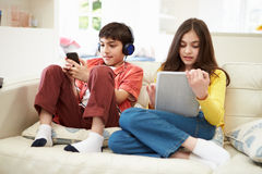 Παιδιά που παίζουν με την ψηφιακά ταμπλέτα και MP3 Στοκ φωτογραφίες με δικαίωμα ελεύθερης χρήσης