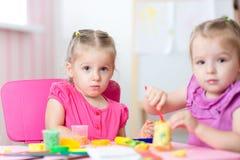 Παιδιά που παίζουν με τη ζωηρόχρωμη σχηματοποίηση αργίλου διαφορετική Στοκ φωτογραφίες με δικαίωμα ελεύθερης χρήσης