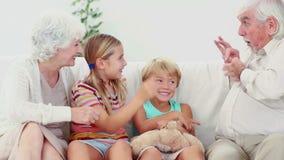 Παιδιά που παίζουν με τους παππούδες και γιαγιάδες απόθεμα βίντεο