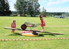 Παιδιά που παίζουν με wheelbarrow see-saw Στοκ Εικόνες