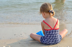 Παιδιά που παίζουν σε μια αμμώδη παραλία και ένα θαλασσινό νερό Στοκ Φωτογραφία