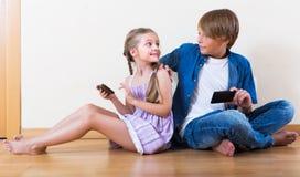 Παιδιά που παίζουν στα κινητά τηλέφωνα Στοκ φωτογραφία με δικαίωμα ελεύθερης χρήσης