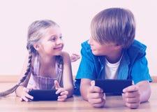 Παιδιά που παίζουν στα κινητά τηλέφωνα Στοκ εικόνα με δικαίωμα ελεύθερης χρήσης