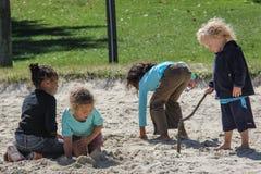 Παιδιά που παίζουν στην άμμο Στοκ εικόνες με δικαίωμα ελεύθερης χρήσης
