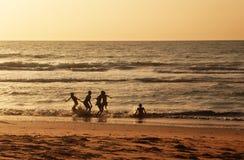 Παιδιά που παίζουν στην αφρικανική ακτή της Γκάμπιας στοκ φωτογραφία με δικαίωμα ελεύθερης χρήσης