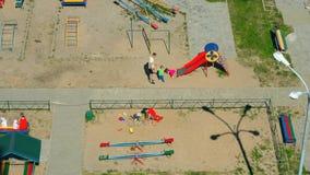Παιδιά που παίζουν στην παιδική χαρά των παιδιών απόθεμα βίντεο
