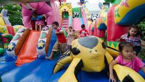 Παιδιά που παίζουν στην παιδική χαρά Στοκ φωτογραφίες με δικαίωμα ελεύθερης χρήσης