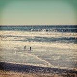 Παιδιά που παίζουν στην παραλία Στοκ Εικόνες